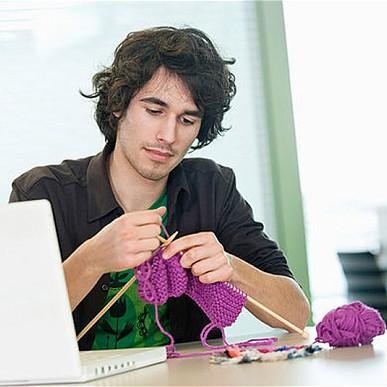 hombre tejiendo joven